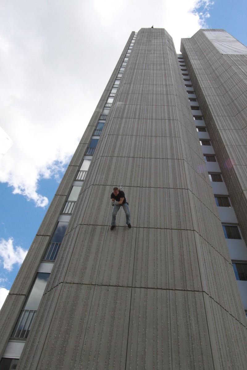 Grülli maschiert die Wand vom Westin Grand Hotel runter